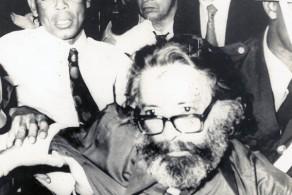 Roberto Freire é retirado por policiais após ler manifesto no Festival Internacional da Canção